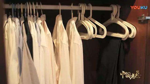 月薪一萬的忙著摔倒炫富,390億身家老總卻只穿優衣庫