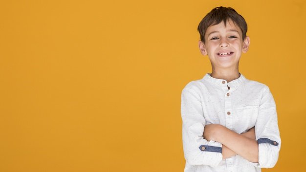 Kid showing happiness with copy space | Free Photo